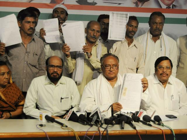 State-Congress-vice-president-Laxman-Singh-centre-with-farmers-standing-behind-at-the-party-office-in-Bhopal-on-Thursday-HT-photo