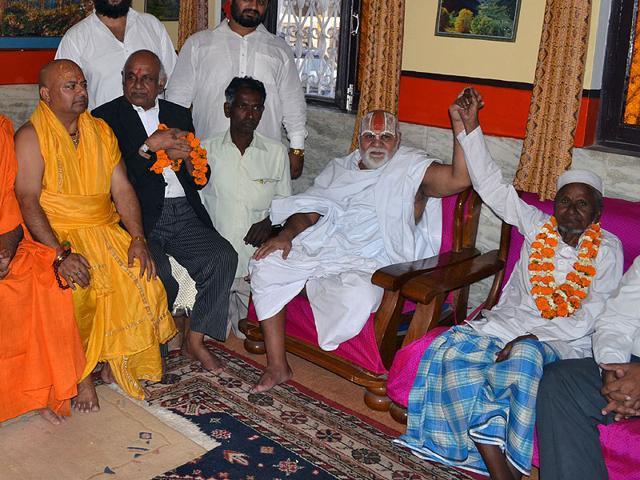 All-India-Akhara-Parishad-president-Mahant-Gyan-Das-and-Hashim-Ansari-one-of-the-oldest-litigants-in-the-Ayodhya-title-suit-case-display-bonhomie-in-the-presence-of-others-in-Ayodhya-India-on-Friday-HT-Photo