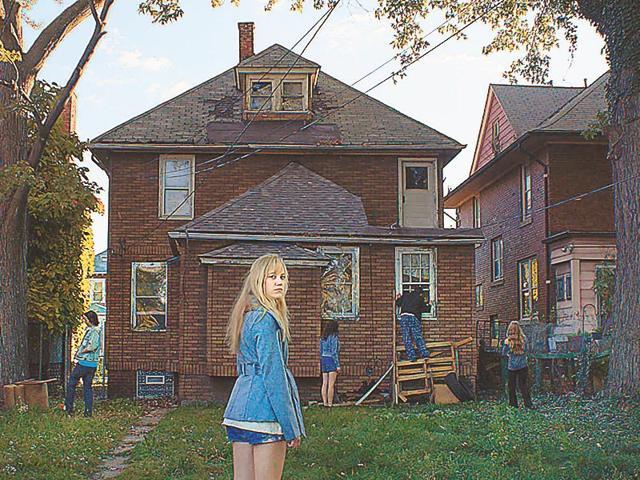 It Follows review,Movie Review,Maika Monroe