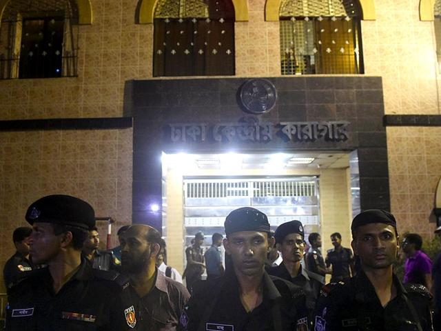 Security-personnel-stand-guard-as-crowd-gathers-outside-the-main-jail-in-Dhaka-where-Islamist-leader-Mohammad-Kamaruzzaman-is-expected-to-be-hanged-for-war-crimes-AFP-Photo
