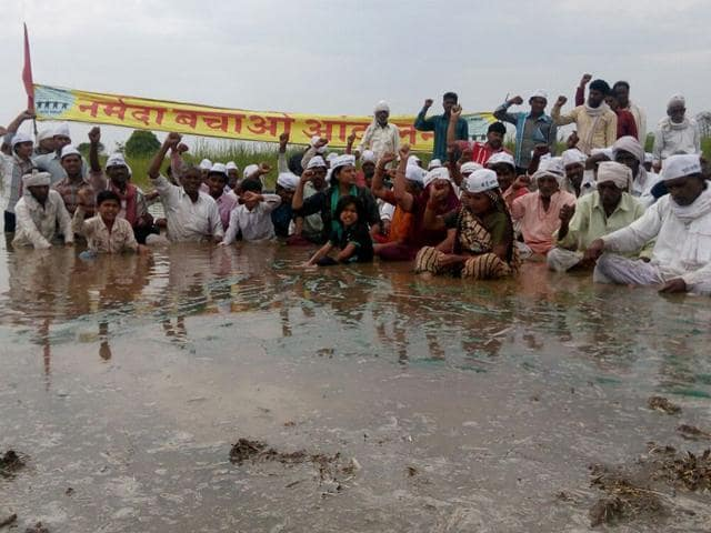 Tribal-and-Dalit-farmers-of-Gogalgaon-and-neighbouring-villages-in-Khandwa-district-are-staging-Jal-Satyagraha-on-the-fields-which-are-coming-under-submergence-HT-photo