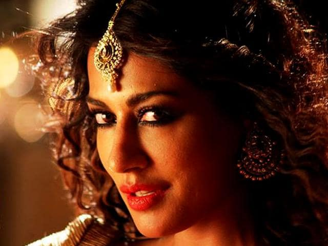 Chitrangada-Singh-in-a-still-from-Aao-Raja-a-song-in-Gabbar-Is-Back