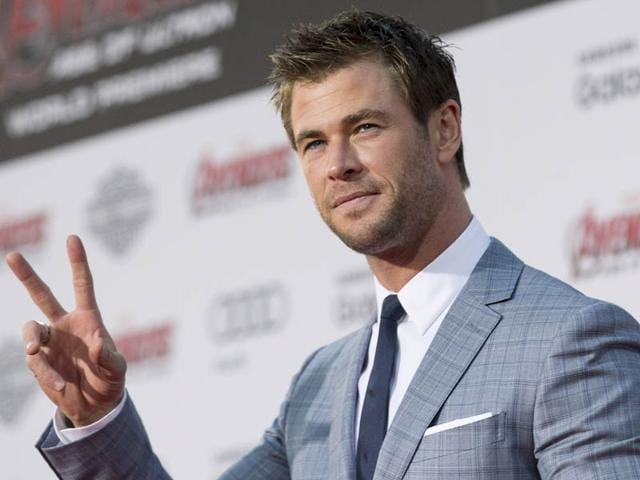 Chris-Hemsworth-poses-at-the-premiere-of-Avengers-Age-of-Ultron