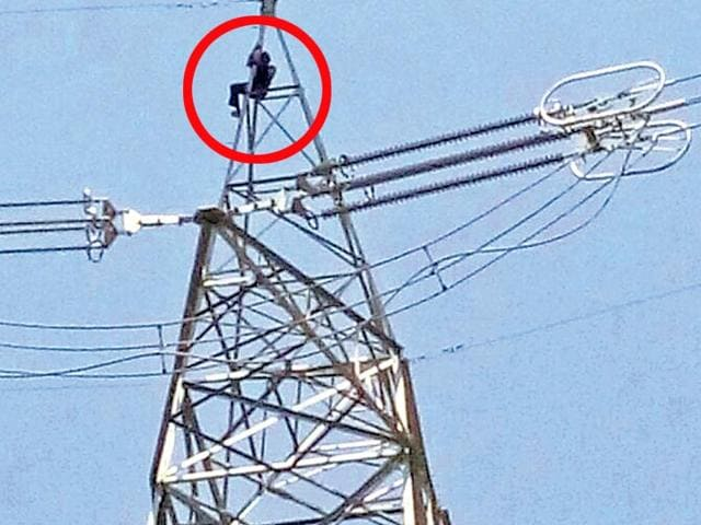Farmer stages dharna atop 200ft high tower, seeks 20 lakh