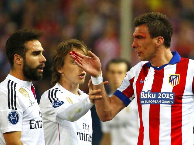 Atletico-s-Mario-Mandzukic-was-left-with-a-bloody-nose-thanks-to-a-stray-elbow-from-Sergio-Ramos-and-the-Croatian-was-on-the-end-of-more-rough-treatment-soon-after-when-Carvajal-punched-him-in-the-stomach-Reuters-Photo