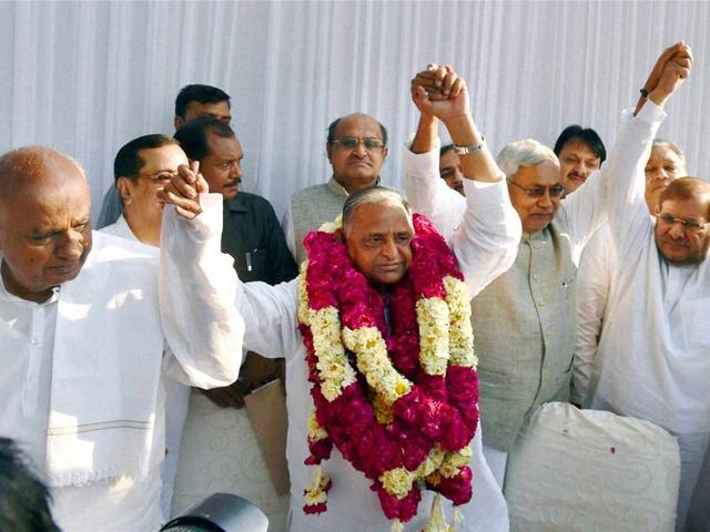 Samajwadi-Party-chief-Mulayam-Singh-with-RJD-supremo-Lalu-Prasad-JDS-chief-HD-Devegowda-JD-U-chief-Sharad-Yadav-and-Bihar-CM-Nitish-Kumar-during-a-news-conference-to-announce-the-merger-in-New-Delhi-PTI-Photo