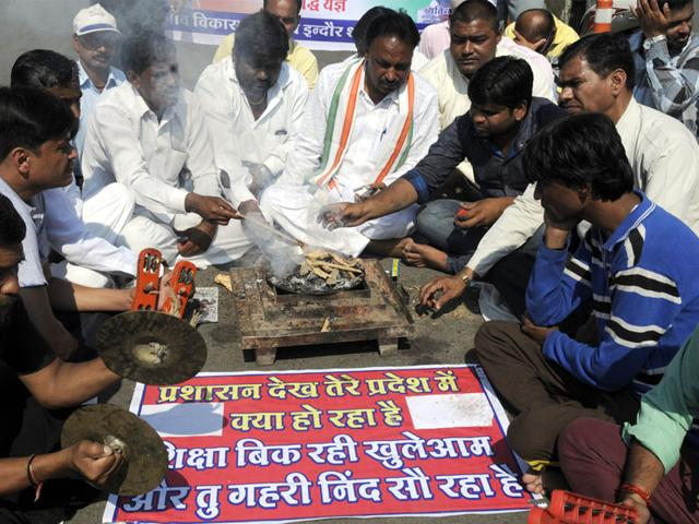 Members-of-Madhya-Pradesh-Rajiv-Vikas-Kendra-perform-a-ritual-at-Regal-Square-in-Indore-on-Thursday-praying-for-wisdom-to-be-showered-upon-the-city-schools-which-had-hiked-their-fees-recently-Shankar-Mourya-HT-photo