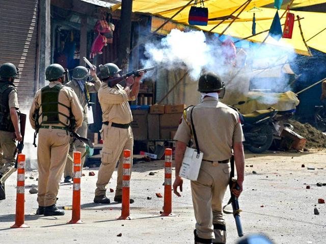 Protesters-throw-stones-at-the-police-during-a-protest-over-the-arrest-of-Masrat-Alam-and-killing-of-a-youth-in-Tral-at-Nowhatta-in-Srinagar-on-17-April-2015-PTI-Photo
