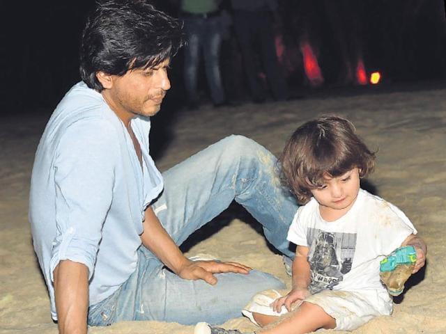 Shah-Rukh-Khan-and-AbRam-on-a-beach-in-Goa-Photo-Viral-Bhayani