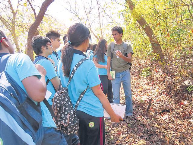 Vikrant-Chourasiya-a-volunteer-with-children-on-a-nature-trail-at-Nagla-Block-at-SGNP-Photo-Vikrant-Chourasiya