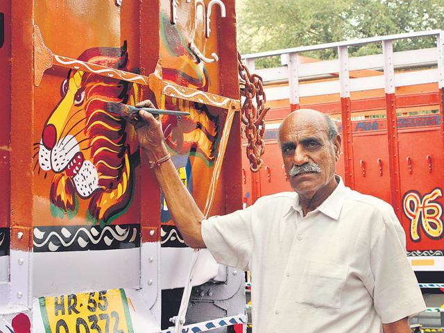 Truck-artist-Tilak-Raj-Dheer-in-Sanjay-Gandhi-Transport-Nagar-HT-Photo-Manoj-Sharma