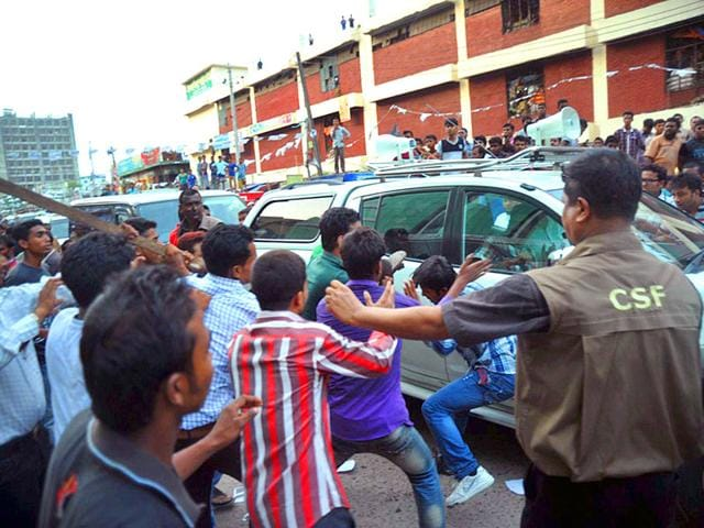 People-attack-the-convoy-of-Bangladesh-s-main-opposition-leader-Khaleda-Zia-on-April-20-2015-in-Dhaka-as-part-of-her-electoral-campaign-as-candidate-running-in-mayoral-polls-due-to-take-place-in-the-capital-later-this-month-AFP-Photo