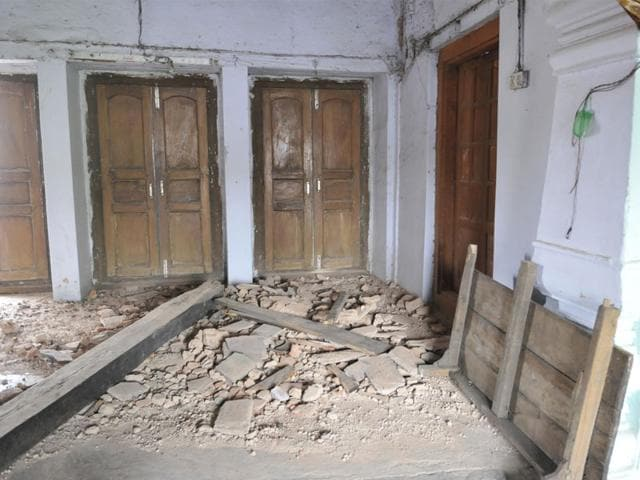 Wide-cracks-appear-on-the-facade-of-the-Shaukat-Mahal-including-its-crown-The-cracks-pose-danger-to-residents-Mujeeb-Faruqui-HT-photo