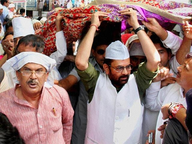 Minister-of-state-for-parliamentary-affairs-Mukhtar-Abbas-Naqvi-presenting-a-chadar-on-behalf-of-Prime-Minister-Narendra-Modi-to-the-dargah-of-Sufi-saint-Khwaja-Moinduddin-Chisti-during-the-annual-Urf-festival-in-Ajmer-Rajasthan-on-Wednesday-PTI-Photo