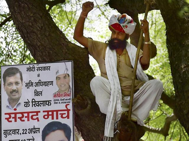 Gajendra-Singh-minutes-before-committing-suicide-at-an-Aam-Aadmi-Party-rally-at-Jantar-Mantar-in-New-Delhi-on-Wednesday-PTI-Photo