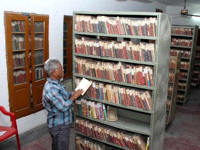 A-old-man-selecting-book-in-Satpal-Azad-Memorial-public-library-in-Bathinda-Sanjeev-Kumar-HT