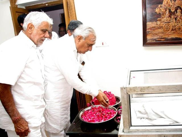 Bhupinder-Singh-Hooda-paying-floral-tributes-to-his-mother--at-his-ancestral-house-in-Rohtak-on-Friday-Manoj-Dhaka-HT