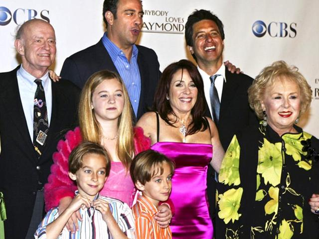 Cast-members-of-Everybody-Loves-Raymond-back-L-R-Monica-Horan-Peter-Boyle-Brad-Garrett-Ray-Romano-middle-L-R-Madylin-Sweeten-Patricia-Heaton-Doris-Roberts-front-L-R-Sawyer-Sweeten-and-Sullivan-Sweeten-pose-for-a-group-photo-in--2005-Photo-Reuters