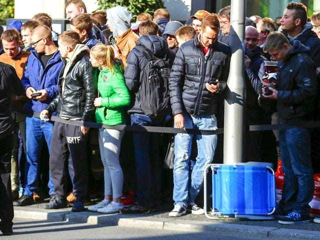 Customers-queue-up-as-they-wait-to-buy-the-Apple-Watch-at-a-store-in-Berlin-Germany-April-24-2015-Reuters-Photo