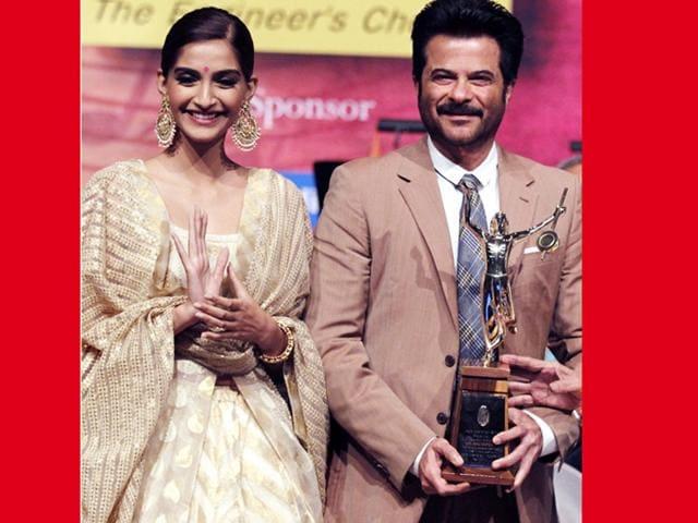 Anil-Kapoor-poses-with-daughter-Sonam-Kapoor-on-receiving-the-Master-Dinanath-Mangeshkar-Awards-2015-from-historian-and-writer-Babasaheb-Purandare-in-Mumbai-on-April-24-2015-AFP-Photo