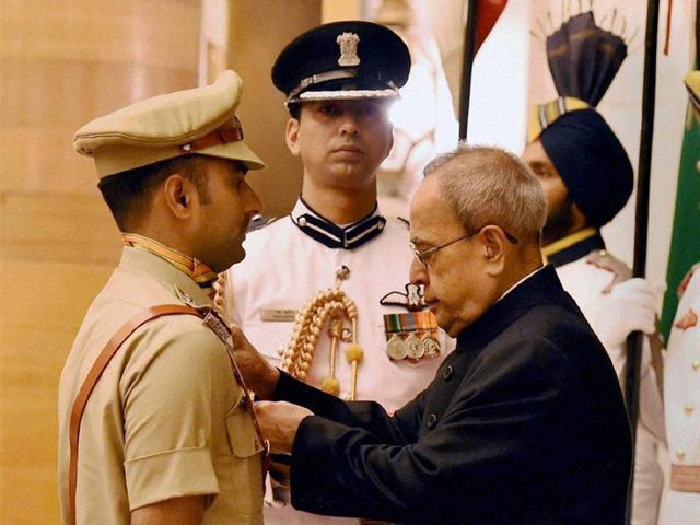 President-Pranab-Mukherjee-presents-Shaurya-Chakra-to-ITBP-Inspector-Manjeet-Singh-during-the-ceremony-at-Rashtrapati-Bhawan-in-New-Delhi-on-Sunday-PTI-Photo