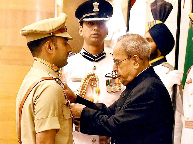 President-Pranab-Mukherjee-presents-Shaurya-Chakra-to-ITBP-Inspector-Manjeet-Singh-during-the-defence-investiture-ceremony-2015-at-Rashtrapati-Bhawan-in-New-Delhi-PTI-photo