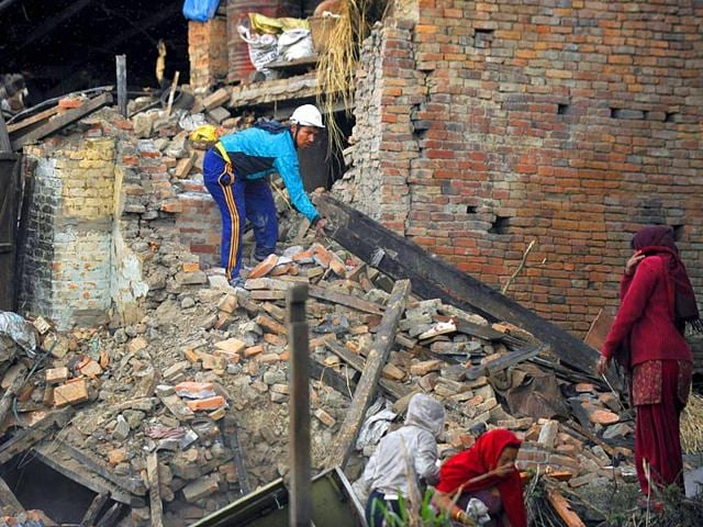 People-search-amidst-the-rubble-of-collapsed-houses-in-Bhaktapur-on-the-outskirts-of-Kathmandu-Nepal-AFP-Photo
