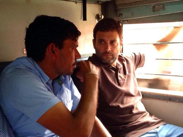 Congress-vice-president-Rahul-Gandhi-interacts-with-co-passengers-in-Sachkhand-Express-Photo-tweeted-by-INCIndia
