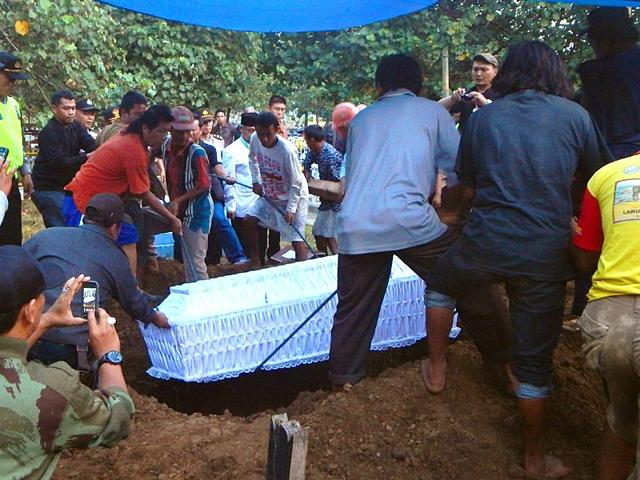 A-coffin-bearing-the-body-of-Indonesian-drug-convict-Zainal-Abidin-is-buried-in-Cilacap-on-April-29-2015-Eight-drug-convicts-including-two-Australians-Andrew-Chan-and-Myuran-Sukumaran-were-executed-by-firing-squad-on-April-29-in-central-Indonesia-AFP-Photo
