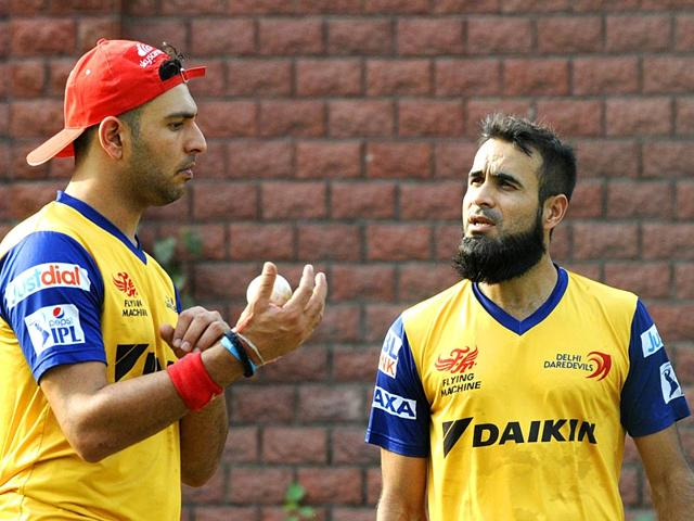 Delhi-Daredevils-team-members-Yuvraj-Singh-and-Imran-Tahir-during-the-practice-on-the-eve-of-IPL-match-against-Kings-XI-Punjab-at-Ferozshah-Kotla-ground-in-New-Delhi-Photo-by-Mohd-Zakir-Hindustan-Times