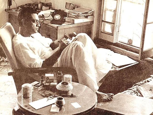 Satyajit-Ray-at-Bishop-Lefroy-RD-House-Calcutta-in-1962-HT-Photo