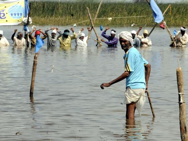 Farmers-standing-in-Omkareshwar-dam-backwater-in-Khandwa-entertain-them-by-singing-bhajans-and-folk-songs-on-Thursday-Shankar-Mourya-HT-photo