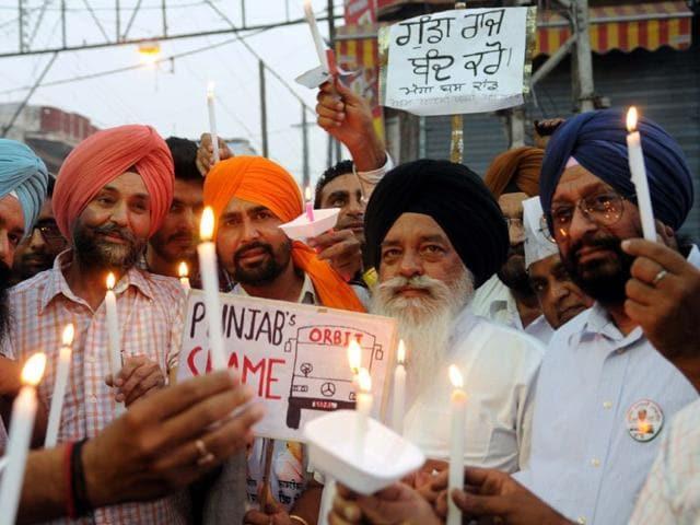 Members-of-AAP-party-holding-a-protest-against-deputy-CM-Sukhbir-Singh-Badal-in-Patiala-Bharat-Bhushan-HT