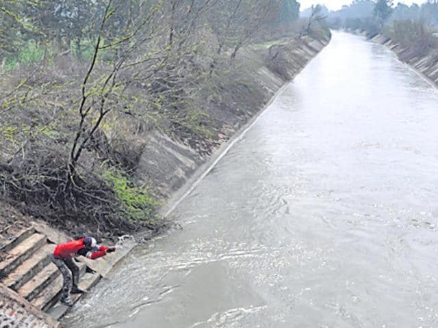 The-police-pull-out-on-an-average-a-body-a-week-from-the-Munak-canal-which-flows-from-Haryana-to-Delhi-HT-file-photo