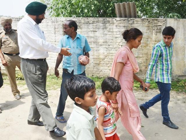Rakesh-Kumar-with-his-family-outside-the-police-station-in-Amritsar-Sameer-Sehgal-HT