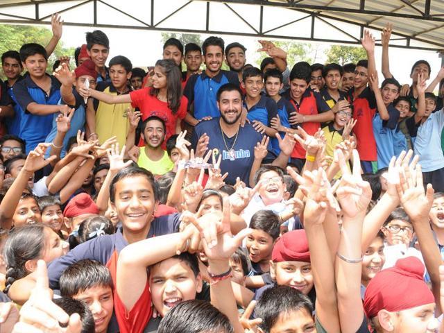 Sim-Bhullar-interacting-with-fans-Sanjeev-Sharma-HT
