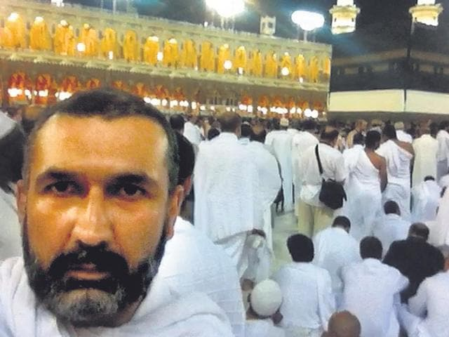 Indian-origin-filmmaker-Parvez-Sharma-foreground-films-himself-at-the-Masjid-al-Haram-for-his-documentary-A-Sinner-in-Mecca-Filming-at-the-Holy-Mosque-is-strictly-prohibited-HT-Photo