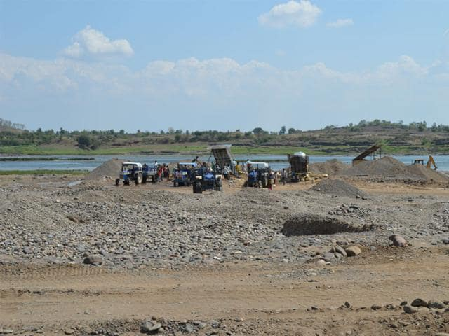 illegal sand mining,sand mafia attack government officials,mining department team attacked