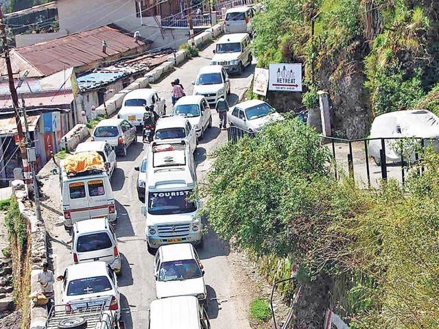 traffic jams,tourists,vehicles