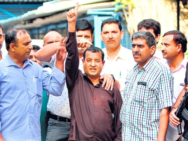 Irfan-Ahmad-a-top-IM-operative-in-Centre-with-hand-raises-escaped-from-a-Nepal-prison-after-the-April-25-earthquake-was-arrested-at-Bharaich-in-Uttar-Pradesh-Arun-Sharma-HT-Photo