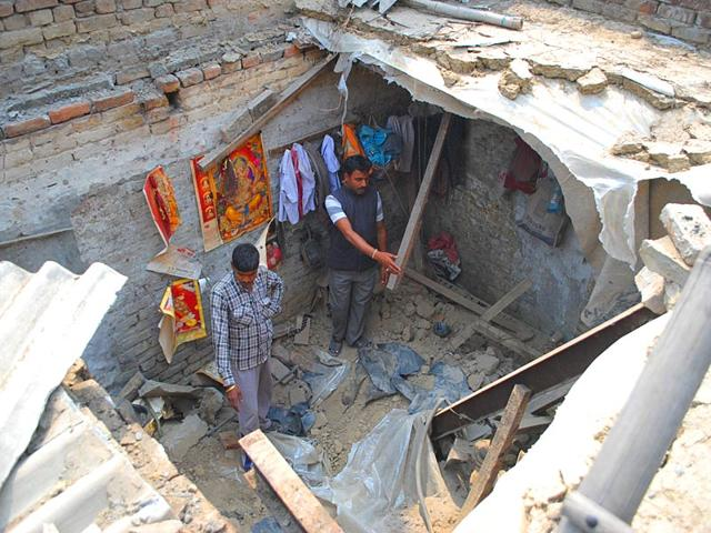 Rescue-worker-removing-debris-from-the-room-after-its-roof-collapsed-on-the-premises-of-a-dyeing-factory-near-Islamabad-area-in-Amritsar-on-Monday-HT-Photo