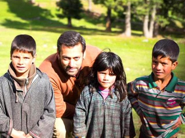 Salman Khan poses with kids in Kashmir while shooting for Bajrangi Bhaijaan.(Photo: Twitter)