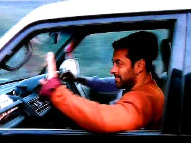 Salman Khan waves to fans as he reaches Kashmir to resume shooting for Kabir Khan