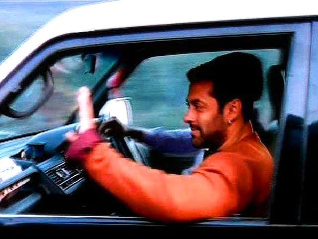 Salman-Khan-waves-to-fans-as-he-reaches-Kashmir-to-resume-shooting-for-Kabir-Khan-s-Bajrangi-Bhaijaan-Photo-Twitter