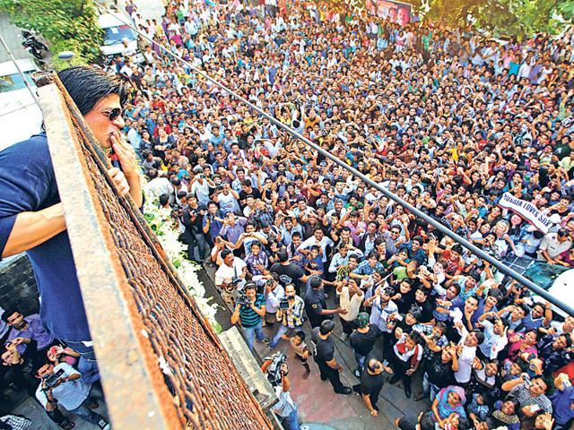 Shah-Rukh-Khan-waves-to-a-sea-of-fans-outside-his-Bandra-residence
