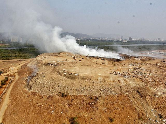 This-is-the-second-instance-of-fire-at-the-Mulund-dumping-ground-in-two-months-Photo-credit-Praful-Gangurde