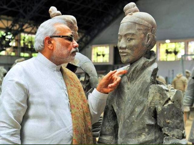 Modi-inspecting-a-statue-at-a-museum-in-China-Source-Twitter