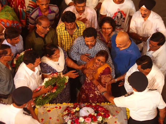 Mumbai-fire-brigade-officals-and-family-members-of-fire-officer-Sudhir-Amin-bid-final-adieu-to-Amin-at-the-Byculla-fire-station-in-Mumbai-Kunal-Patil-HT-photo