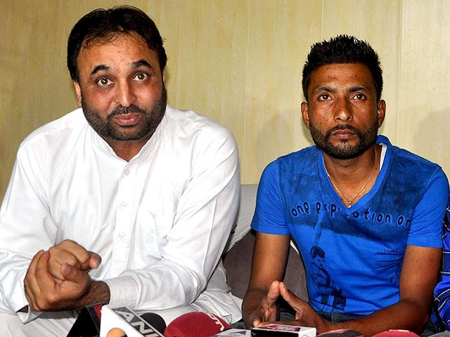 Aam-Aadmi-Party-MP-Bhagwant-Mann-with-Iraq-hostage-survivor-Harjit-Masih-right-at-a-press-conference-in-Mohali-on-Thursday-HT-Photo