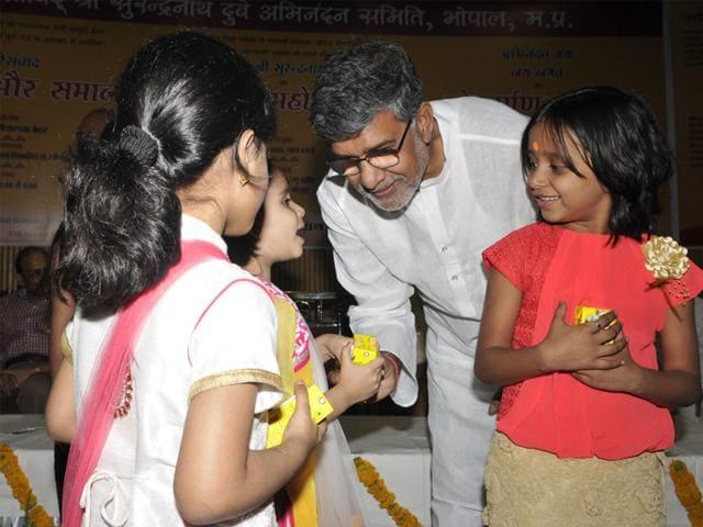 Nobel-laureate-Kailash-Satyarthi-interacts-with-children-during-a-seminar-on-Shikshak-aur-Samaj-at-Samanvay-Bhawan-in-Bhopal-on-Saturday-Praveen-Bajpai-HT-photo